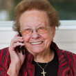 Senior woman with mobile phone leads phone conversation — Stock Photo