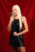 Giovane donna che canta in un concerto — Foto Stock