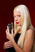 Young pretty girl sings — Stockfoto