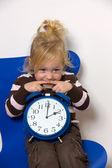 Criança com relógio de hora de verão como um símbolo — Foto Stock