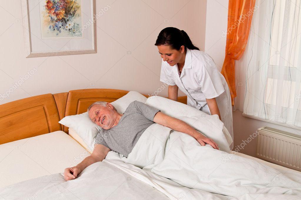 Enfermera en el cuidado de los ancianos para los ancianos for Asilos para ancianos
