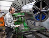 Older workers in the metal industry in cnc milling machine. — Stock Photo