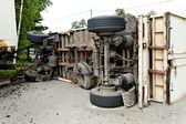 Accident de voiture sur une route avec camions — Photo
