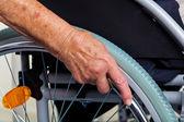 медсестра и старая женщина в инвалидной коляске — Стоковое фото
