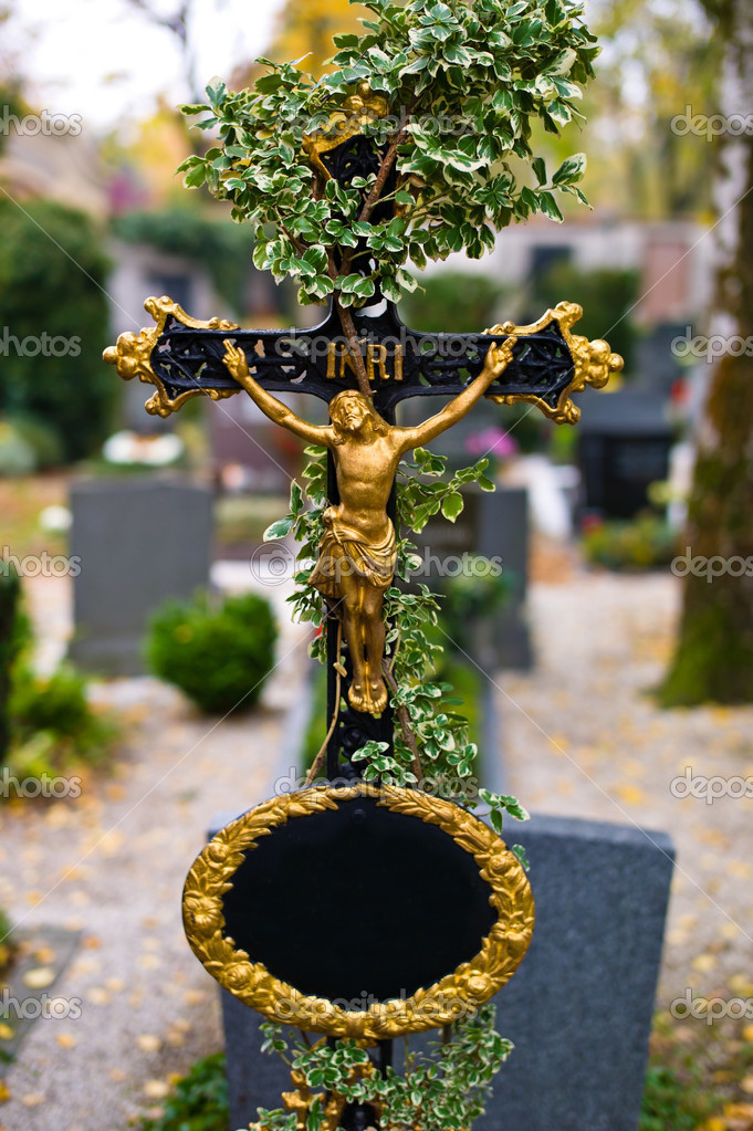 A grave stone in a cemetery. overgrown with ivy — Stock Photo #8285223