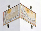 Sundial on a building facade — 图库照片
