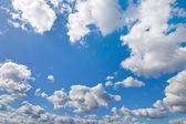 Cielo azul con nubes blancas como telón de fondo — Foto de Stock