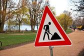 Signos y señales de tráfico en el sitio de construcción — Foto de Stock