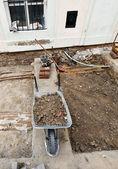 Carrinho de mão em um local de construção de estrada — Foto Stock