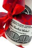 美元纸币与丝带作为 mo 的礼物 — 图库照片