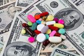 Kosten für gesundheit, tabletten und dollar-scheine — Stockfoto