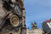 Reloj astronómico de Praga y de la iglesia de la Virgen ma — Foto de Stock