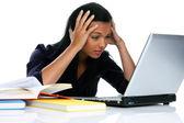 Wanhopig jonge vrouw met een laptop — Stockfoto