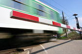 Attraversamento della ferrovia con treno ad alta velocità — Foto Stock