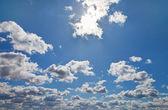 Ciel bleu avec des nuages blancs comme toile de fond — Photo