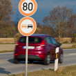 Speed ??of 80 km along a country road — Stock Photo
