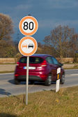 Speed ??of 80 km along a country road — Photo