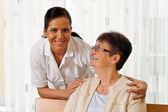 Enfermera en el cuidado de los ancianos de la tercera edad — Foto de Stock