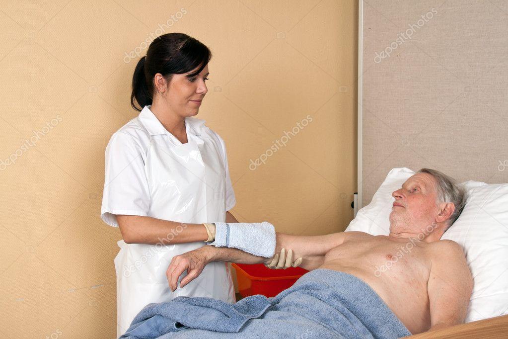 моет медсестра больного видео