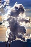 Camini di fumo di una fabbrica — Foto Stock
