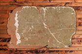 木製の背景に破損している古い段ボール — ストック写真
