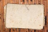 Vintage papeles vacíos sobre un fondo de madera — Foto de Stock