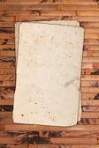 Papeles vintage en blanco sobre un fondo de madera — Foto de Stock