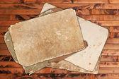 Väderbitna tomt papper på en trä bakgrund — Stockfoto