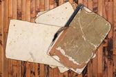 Livre vintage et papiers altérées sur un fond en bois — Photo