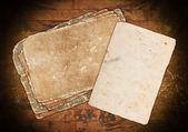Folhas de papel retrô em um fundo de madeira — Fotografia Stock