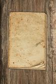 Ridit ut gamla papper på en trä bakgrund — Stockfoto