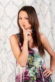 Słodka młoda brunetka w sukience — Zdjęcie stockowe