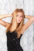Schöne junge Frau im sexy schwarzen Kleid — Stockfoto