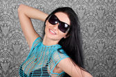 Stylish smiling brunette in sun glasses — Stockfoto