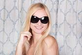 Sexy blonde meisje in zonnebril — Stockfoto