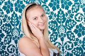 Encantadora rubia sonriente en camisa blanca — Foto de Stock
