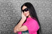 Mooie jonge brunette met een roze sjaal — Stockfoto