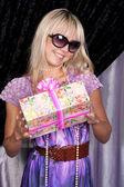Belle fille blonde souriante avec une boîte actuelle — Photo