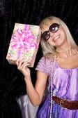 Ragazza bionda bella sorridente con una casella presente — Foto Stock