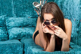 Wunderschöne junge brünette model in sexy schwarzer bikini — Stockfoto