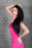 Magnifique mannequin en robe rose séduisante — Photo