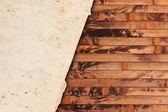 Zerknitterte vergilbtem papier auf einem hölzernen hintergrund — Stockfoto