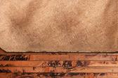 Feuille de papier grungy sur un fond en bois — Photo