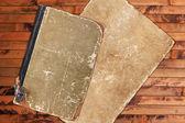 Vintage eski kitap ve kağıt ahşap zemin — Stok fotoğraf