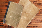 Vintage oud boek en papier op een houten achtergrond — Stockfoto