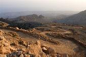 Un chemin de terre dans les montagnes oman — Photo