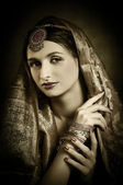 Mooie brunette portret met traditionele kostuum — Stockfoto