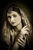 Schöne brünette porträt mit tracht — Stockfoto