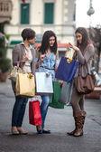 счастливые девушки делают покупки — Стоковое фото