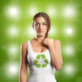Frau mit recycling-zeichen, die auf der suche auf kamera — Stockfoto